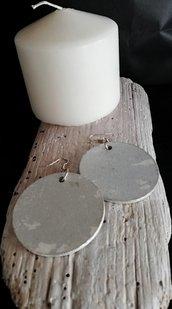 Orecchini pendenti con cerchio in legno trattato con foglia d'argento fatti a mano - Happy Summer -