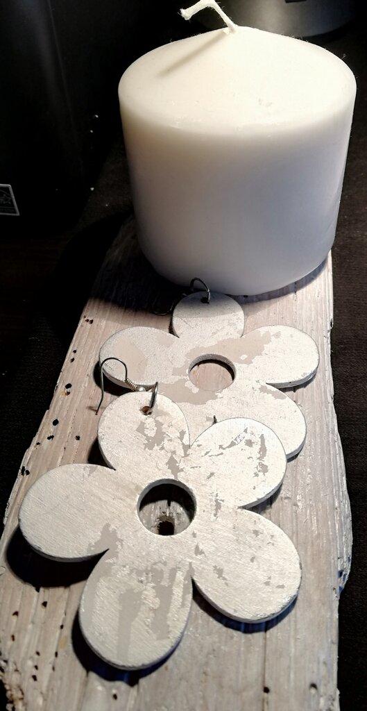 Orecchini pendenti con fiore in legno trattato con foglia d'argento fatti a mano - Happy Summer -