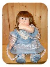 Cartamodello Bambola scolpita ad ago nelle mani e nei piedi, come una bambina vera.
