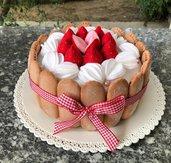 scatola di latta rivestita in feltro, charlotte di savoiardi, fragole e panna