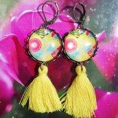 Orecchini pendenti con cabochon floreale e nappina gialla