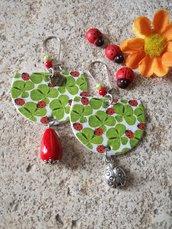 Orecchini portafortuna con ciondolo con immagine di quadrifogli e coccinelle, perla rossa e piccolo ciondolo coccinella