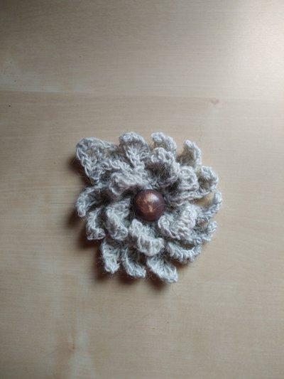 Spilla in lana a uncinetto fiore broche  grigio chiaro fatta a mano