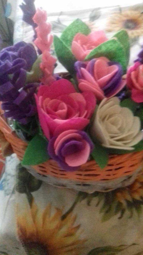 cestino con fiori in feltro