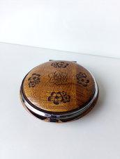 Idea regalo specchietto da borsetta in legno di olmo con incisione laser di fiori fatto a mano