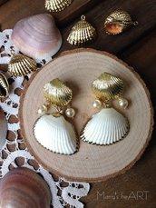 Orecchini pendenti con conchiglie vere, perle coltivate e perni a lobo in zama