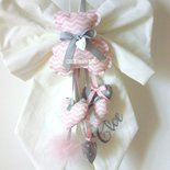 Fiocco nascita bambina con orsetti e cuori in stoffa nei toni del rosa e grigio.