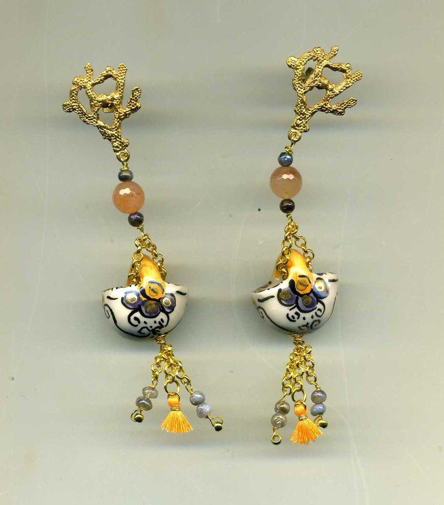 ORECCHINI pendenti con coffa siciliana in ceramica di Caltagirone nei toni del blu e arancio