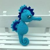 Cavalluccio marino azzurro amigurumi fatto a mano all'uncinetto