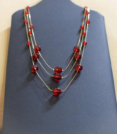 Collana triplo giro / perle mezzo cristallo sfaccettate rosse / filo cobra dorato