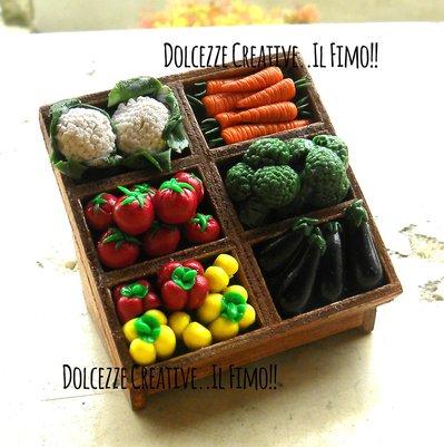 Espositore Verdure - 1:12  Erbivendolo - negozio di verdure e frutta dollhouse - miniature - carote, pomodori, peperoni, cavolfiore, melanzane, broccoli