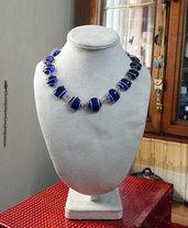 Collana girocollo perle vetro blu incastonate su filo metallico argentato