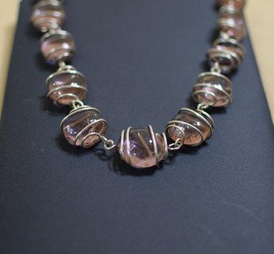 Collana girocollo perle vetro colore rosa incastonate su filo metallico argentato