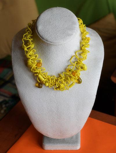 Collana girocollo in perline e perle di vetro tipo Onda montata su cavetto d'acciaio multifilo.