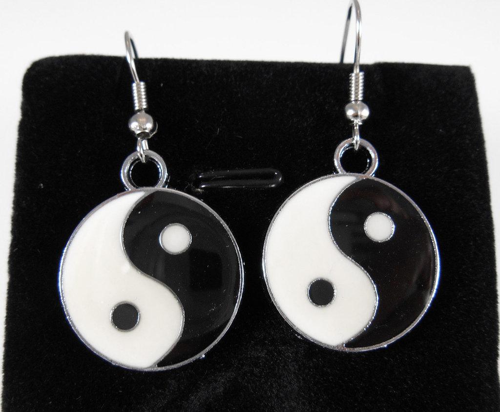 Orecchini Yin Yang smaltati bianco nero