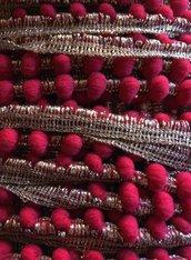 Bordura con PICCOLI Pom Pom color ROSSO CILIEGIA e DORATO ANTICO - 1 metro -