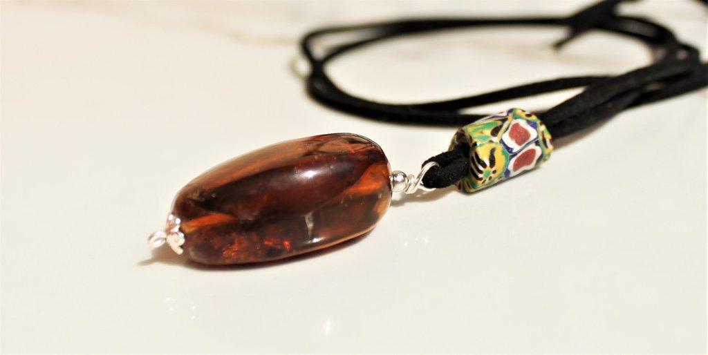 ambra e antiche trade beads, lunga collana con prezioso pendente ambra naturale e perla millefiori antica su alcantara, collana etnica minimalista