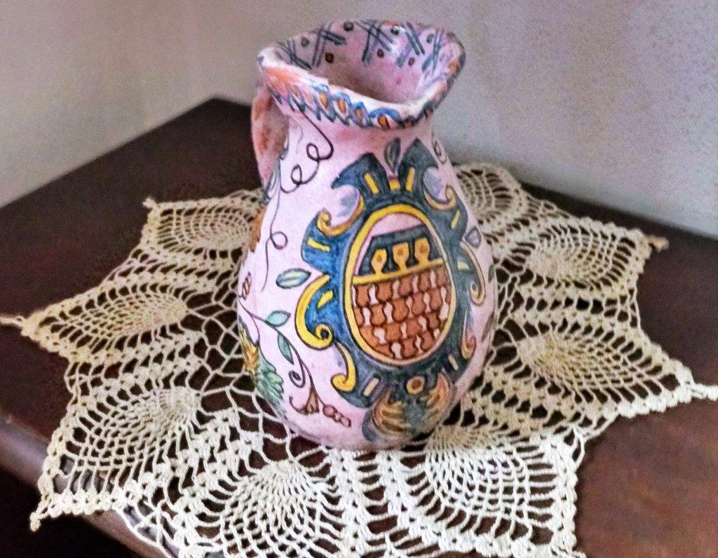 Vasetto in ceramica manufatto in creta semirefrattaria ingobbiata dipinto a mano con stemma e tralci di vite
