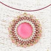 Girocollo coprensivo di ciondolo con cabochon centrale luna soft rosa