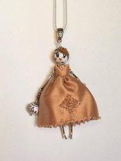 Collana bambolina con vestito salmone e swaroski, collana dolls di ceramica dipinta