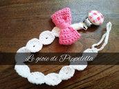 Catenella portaciuccio crochet con fiocco rosa e clips in legno, idea regalo.