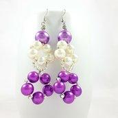 Perle, orecchini wire pendenti lilla e bianco con perlne, pezzo unico, eleganti, raffinati, regalo di compleanno, design originale.