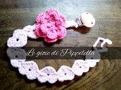 Catenella reggiciuccio crochet con cuori rosa e fiore fuxsia.