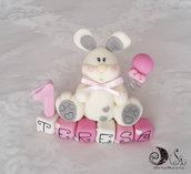 Cake topper coniglietto bianco su cubi in scala di rosa e numero uno primo compleanno