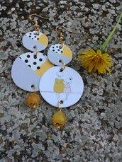 Orecchini asimmetrici di carta con ciondolo a forma di cerchio e perla di giada gialla
