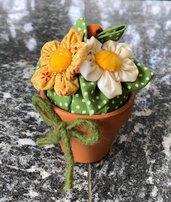 Vasetto di terracotta con fiori di tessuto