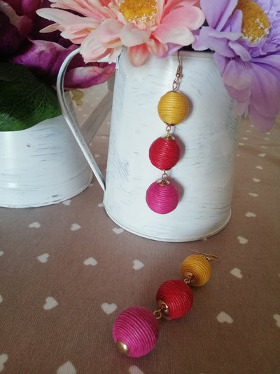 Orecchini pendenti con palline fuxia, rosso e giallo