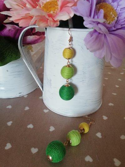 Orecchini pendenti con palline gialle e verdi