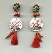 ORECCHINI pendenti in madreperla con rametti di corallo grezzo