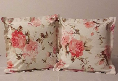 Coppia di cuscini a fantasia di rose rosa con bordo