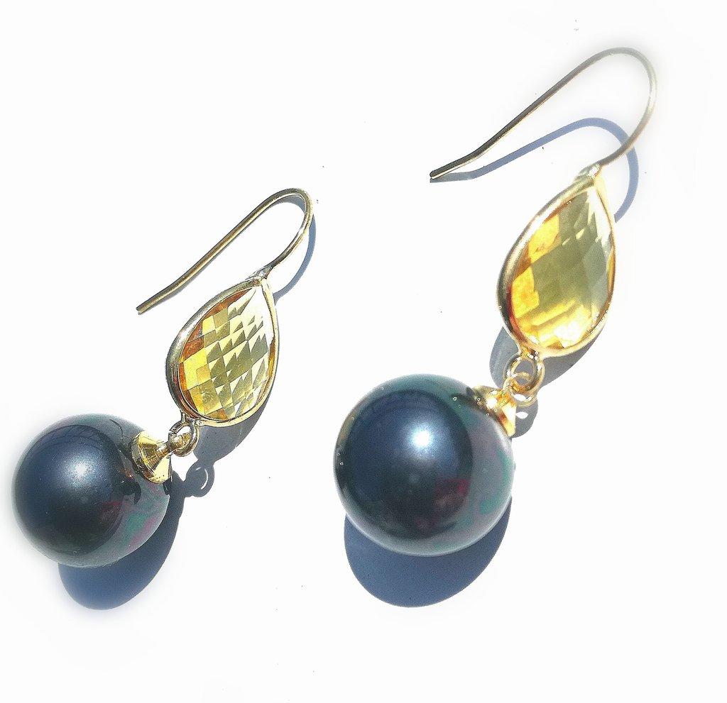 orecchini con monachella e cristallo citrino con perla nera.