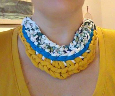 Collana girocollo ad uncinetto in fettuccia di cotone fantasia con bordi di rifinitura blu e gialli