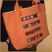 borsa arancione con bottoni