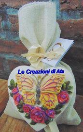 Bomboniera farfalla con rose a forma di cuore in ceramica