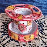 1° Accessorio bagno di maiolica, manufatto molto colorato, porta spazzolini e dentifricio e porta sapone forma rotonda