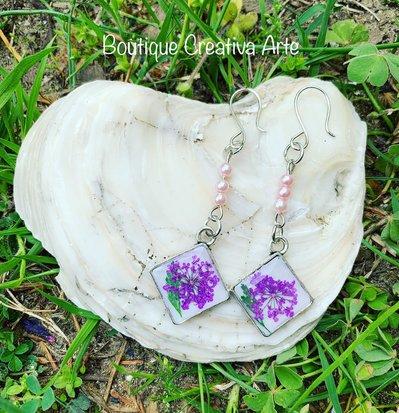 Orecchini a pendente in resina con fiori veri viola