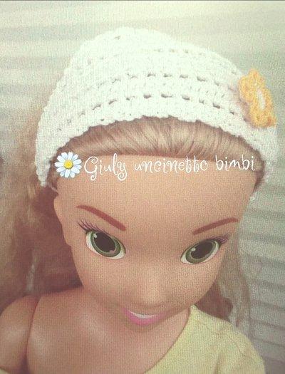 Bandana per bambina, bianca con fiore e foglie, realizzata con uncinetto in 100% cotone italiano.