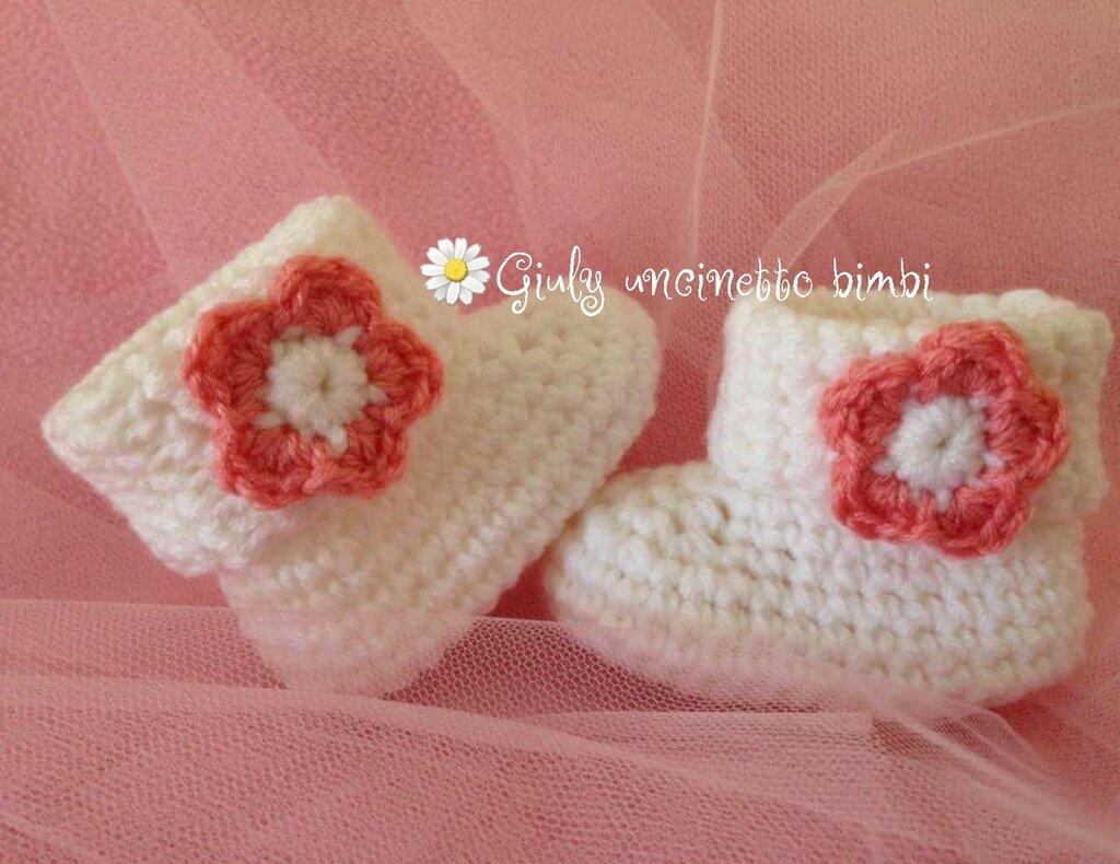 Scarpine a stivaletti per neonate, realizzate con uncinetto e lana italiana