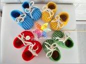 Scarpine per neonati, realizzate in lana con uncinetto. Portafortuna AZZURRO