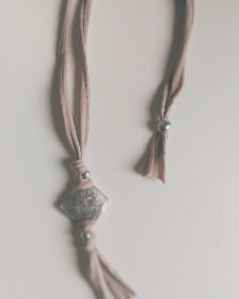 Collana lunga fettuccia in lycra color Tortora ed elementi argento