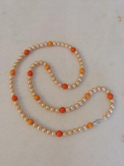 Collana con perle dai colori della primavera: giallo crema e arancio con moschettone in acciaio