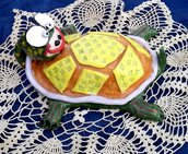 Soprammobile tartaruga di ceramica manufatto dipinto a mano con ingobbi,  elemeni in rilievo e impressi