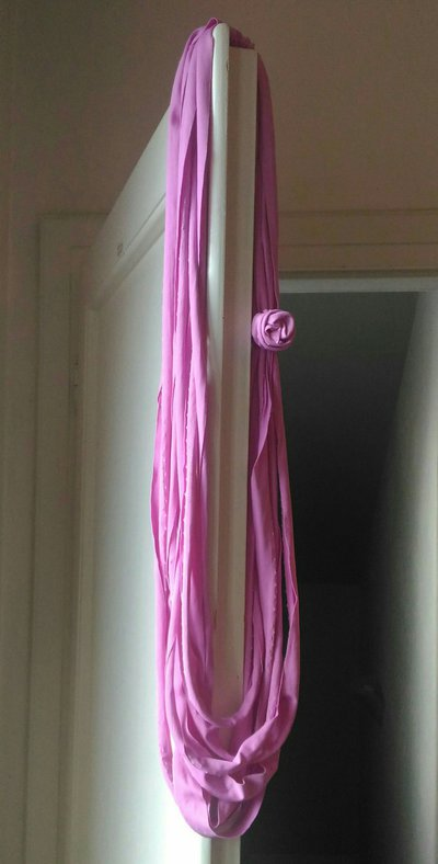 Collana lunga multifilo fettuccia di lycra con rosa