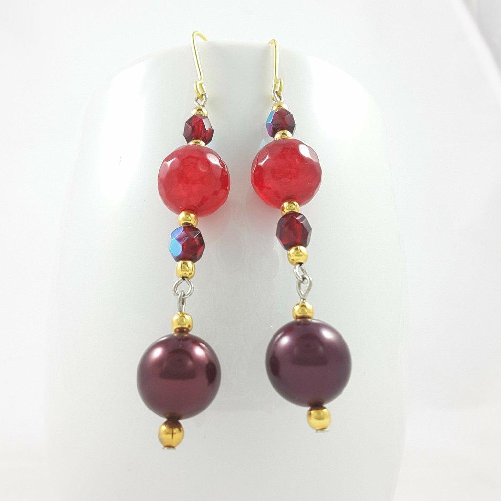 Ottone e cristalli, orecchini rossi, pendenti con agata e perle, pezzo unico, ooak, modello originale, idea regalo, compleanno, festa premaman, protezione gravidanza.