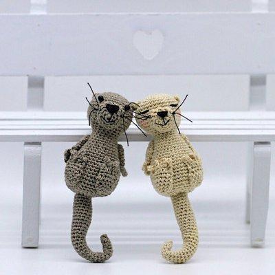 Coppia di lontre innamorate amigurumi fatte a mano all'uncinetto