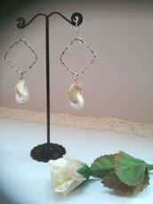 Orecchini con perla scaramazza sospesa sotto un rombo in argento